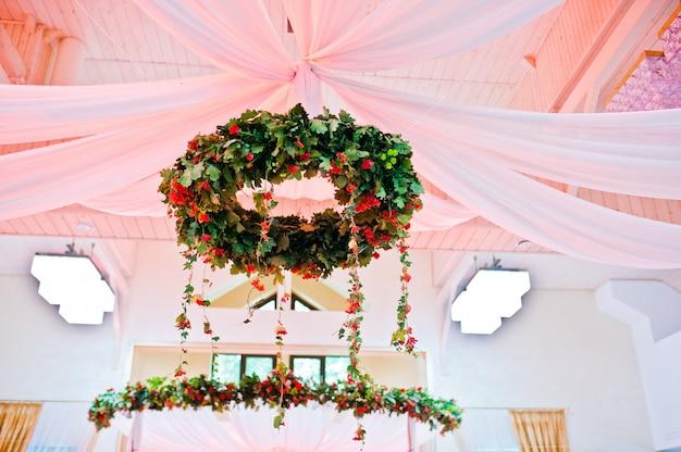レストランで素晴らしい結婚式デコットリース Premium写真