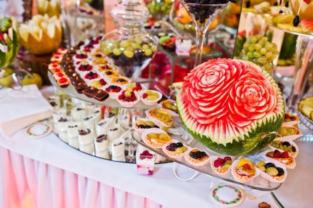 Свадебный прием. стол с фруктами и сладостями Premium Фотографии