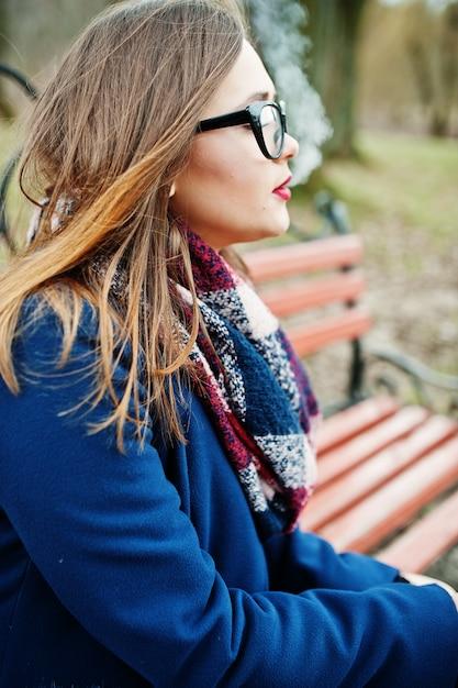 ベンチに座っている若い女の子 Premium写真