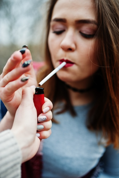 若い女の子屋外照明タバコ Premium写真