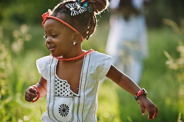 公園を歩いてアフリカの赤ちゃん女の子 Premium写真