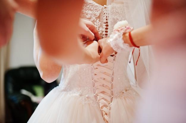 Утро подготовки невесты. молодая и красивая невеста в день свадьбы. Premium Фотографии