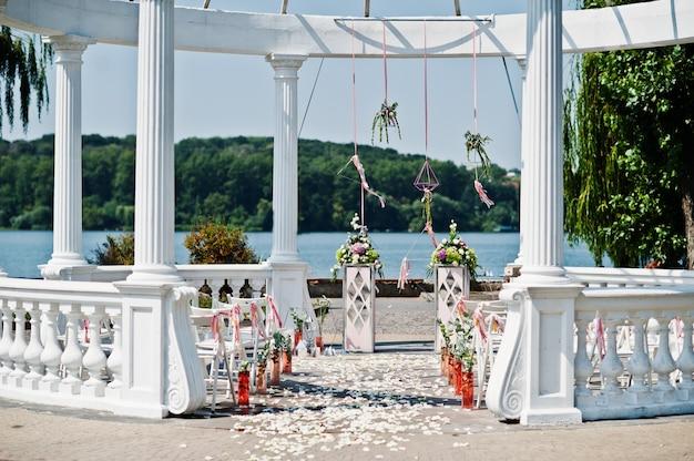 美しい結婚式は、屋外式で装飾を設定します。 Premium写真