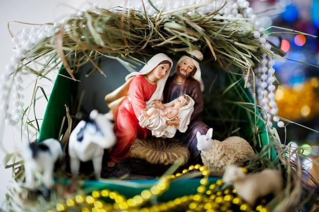 聖母マリアはイエスを産みました、そしてそれはベビーベッド、クリスマスにあります Premium写真