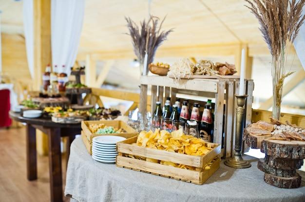 結婚披露宴での美味しいスナックのデザートテーブル。 Premium写真