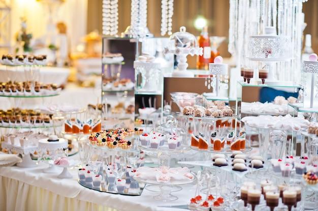 Десертный стол вкусных сладостей на свадьбу. Premium Фотографии