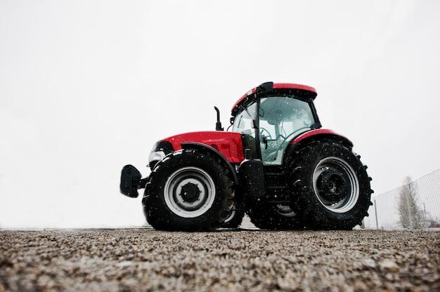 新しい赤いトラクターの下からの眺め Premium写真