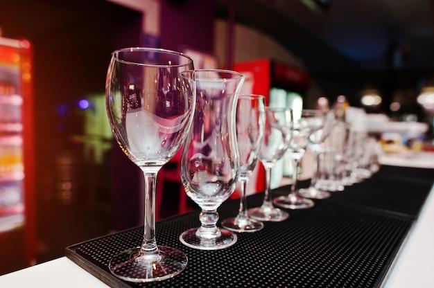 バーの飲み物のコレクションカップグラスのセット Premium写真