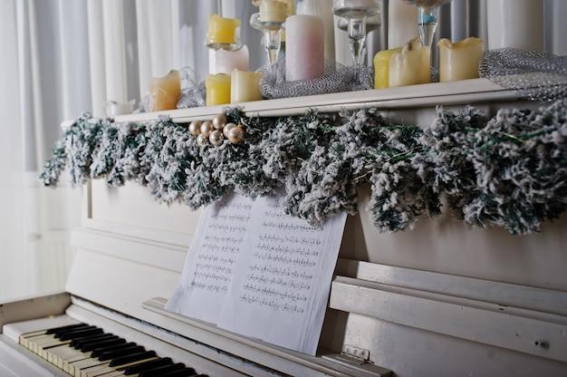 Белое пианино со свечами Premium Фотографии