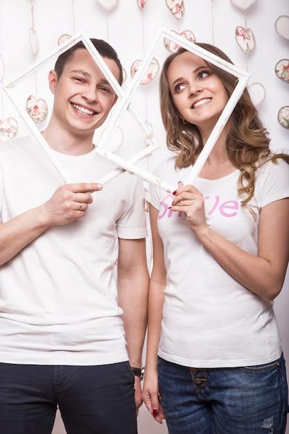 若くて美しい女性とバレンタインの日に愛の男 Premium写真