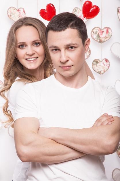 若くて美しい女性とお菓子とバレンタインの日に愛の男 Premium写真