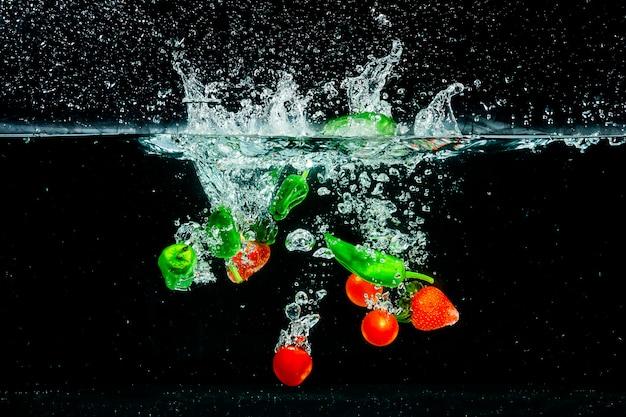 水に果物や野菜をはねかける Premium写真