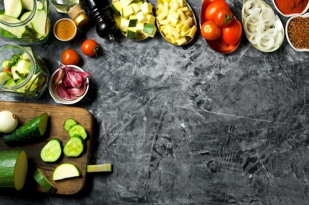 野菜 。灰色の背景に新鮮な野菜(キュウリ、トマト、玉ねぎ、ニンニク、ディル、インゲン)。上面図。コピースペース Premium写真