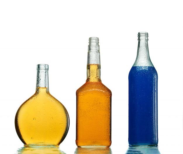 透明なボトルのさまざまなアルコール飲料 Premium写真