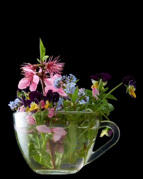 分離された黒のガラス容器の春の花 Premium写真