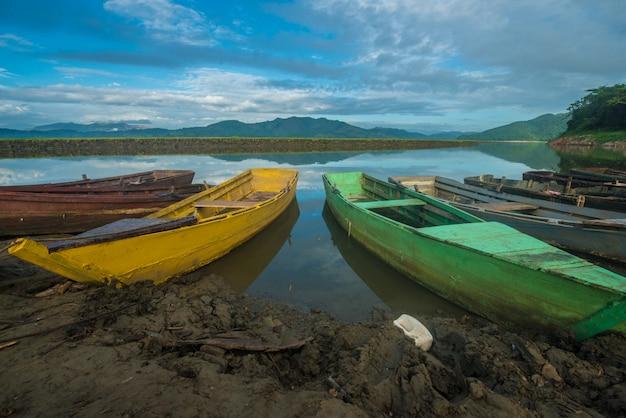 湖の色のボート Premium写真