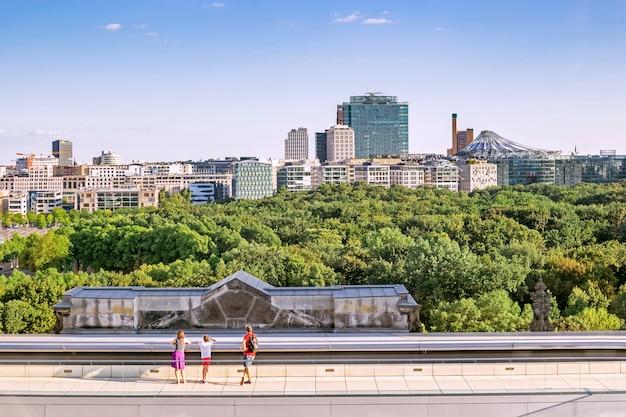 ドイツ、ベルリンの連邦議会のドームからポツダム広場と連邦議会の屋上テラスを含むベルリンのパノラマ Premium写真