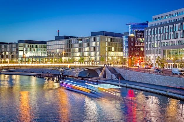 夜のベルリンの政府地区 Premium写真