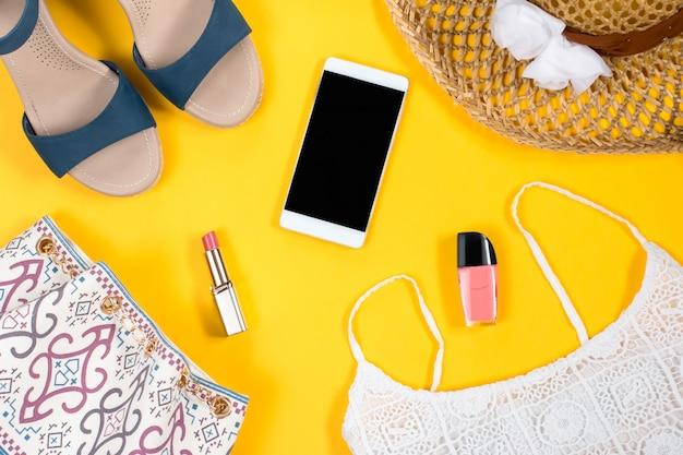 女性の夏服とアクセサリー Premium写真
