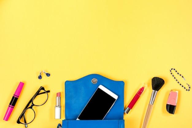 Женственный материал на ярко-желтом фоне, вид сверху Premium Фотографии