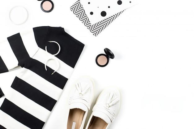 Повседневная одежда и модные аксессуары плоской планировки. модные узоры и принты концепции. Premium Фотографии