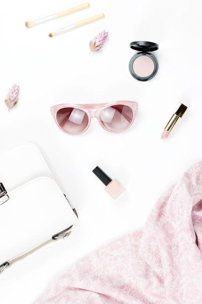 女性のファッションと美容のアクセサリー-財布、サングラス、スカーフ、化粧品。春のコンセプトファッションコレクション。 Premium写真