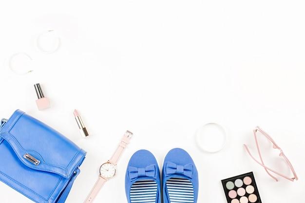 ネイビーフラット、化粧品、財布、サングラスを備えたフラットなファッションブロガーワークスペース。 Premium写真