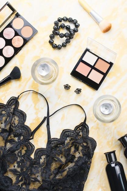 黒のレースのランジェリーと美容製品、化粧品、黒と金のジュエリーを構成します。ファッションフラット横たわっていた、トップビュー Premium写真