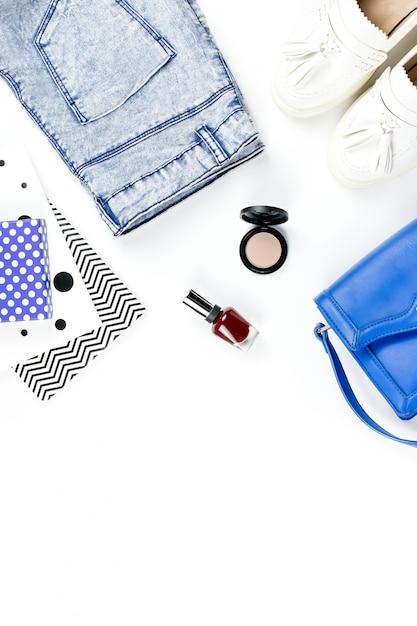 女性のアクセサリー、化粧品、靴、日記のファッションブロガーワークスペース。フラット横たわっていた、トップビュー Premium写真
