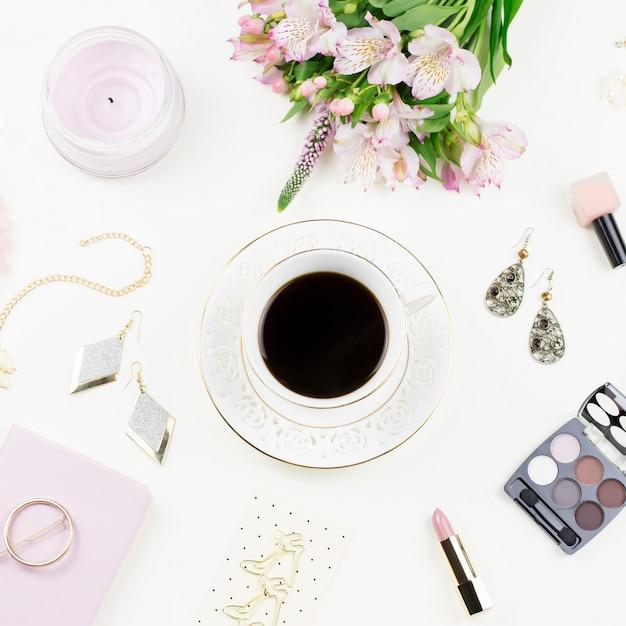 フェミニンなフラットは、女性のファッションアクセサリー、ランジェリー、ジュエリー、化粧品、コーヒー、花と横たわっていた。上面図 Premium写真