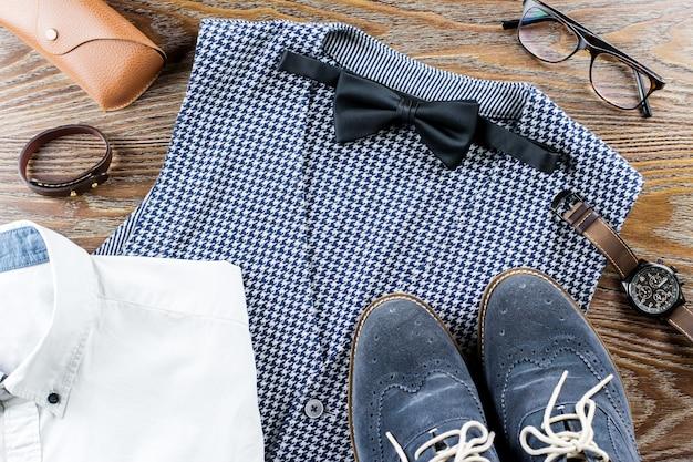 Мужская стильная повседневная одежда и аксессуары на деревянном столе Premium Фотографии
