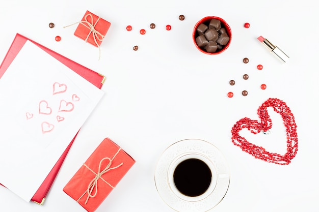 День святого валентина с кофейным напитком, подарочной коробкой, конфетами на белом фоне, плоской планировкой Premium Фотографии