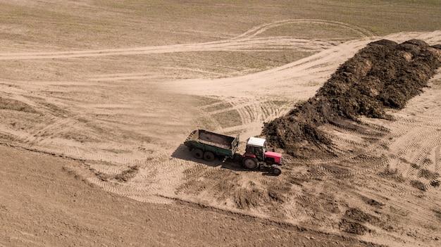 肥料ショベルの読み込み。フィールド上の肥料。 Premium写真
