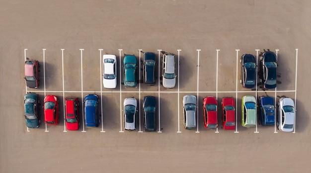 Вид сверху на парковку Premium Фотографии