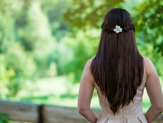 長い流れる髪背面ビューのクローズアップ Premium写真