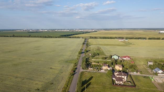 Вид с воздуха на частный коттедж Premium Фотографии