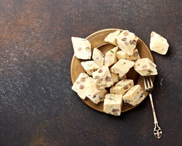 東部の珍味。ハルヴァ、甘さ、茶色の背景にデザート。 Premium写真