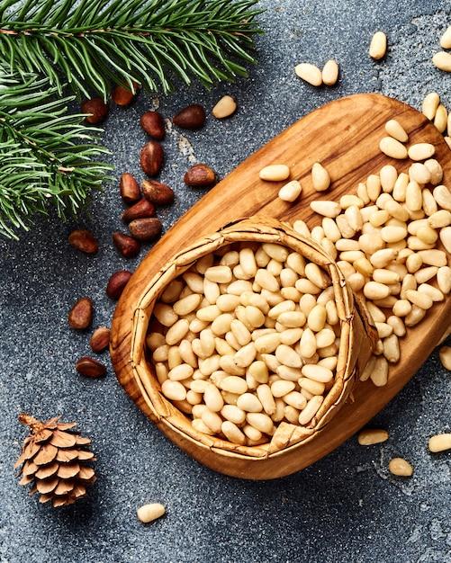 Очищенные кедровые орехи на сером столе Premium Фотографии