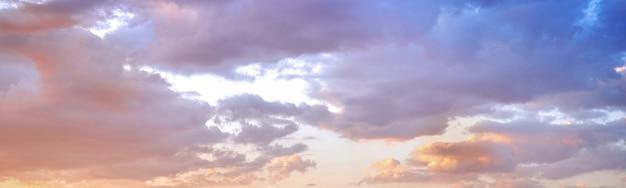 Красивое красочное небо с облаками Premium Фотографии