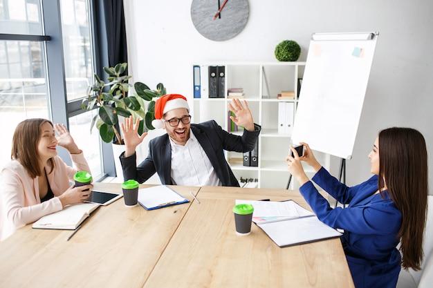 Рабочие в офисе. празднование нового года или рождества Premium Фотографии