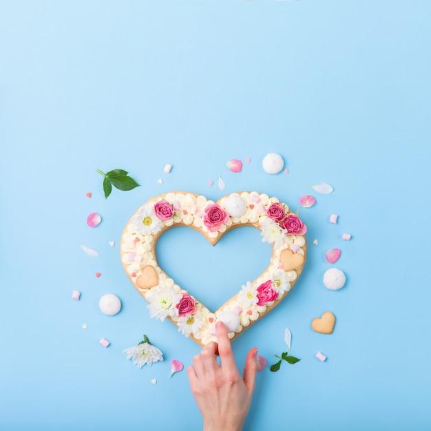 День святого валентина в форме сердца торт с цветами в качестве украшения. Premium Фотографии