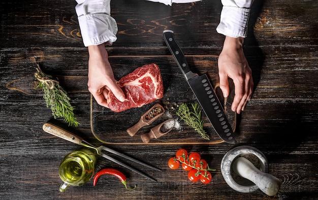 霜降りのビーフシェフがステーキを調理 Premium写真