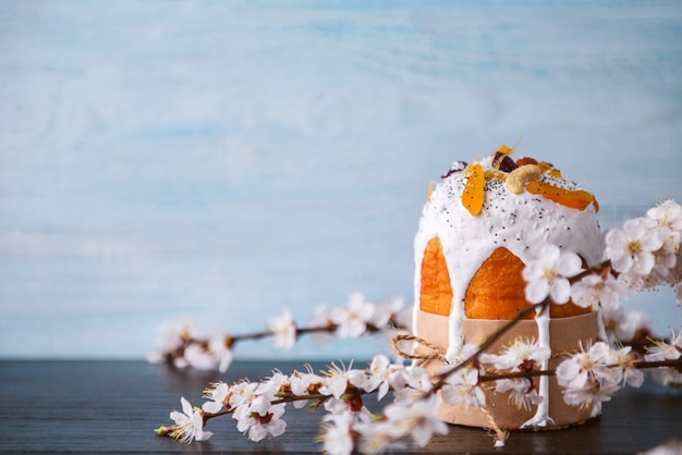 枝編み細工品バスケットのイースターエッグと古典的なスラブイースターケーキ Premium写真