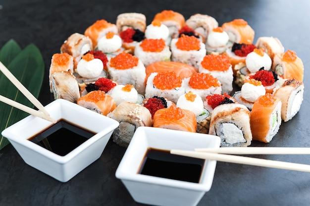 寿司は黒い表面に設定 Premium写真