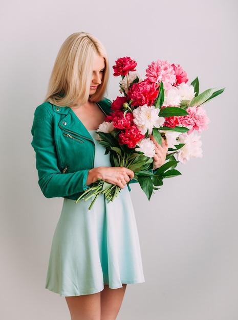 花の花束を持つ少女 Premium写真