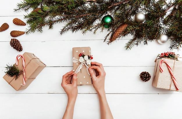 Новогодний фон с украшениями и подарочные коробки на деревянной доске Premium Фотографии