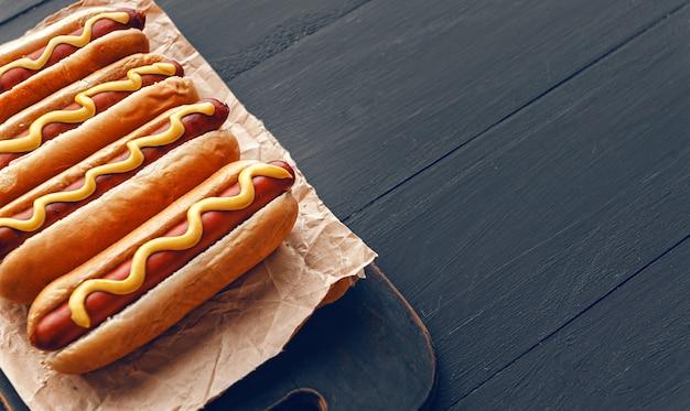 アメリカンマスタード焼きホットドッグ Premium写真