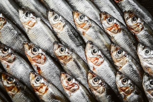 Свежая сырая рыба анчоус и шпрот на деревянной поверхности Premium Фотографии