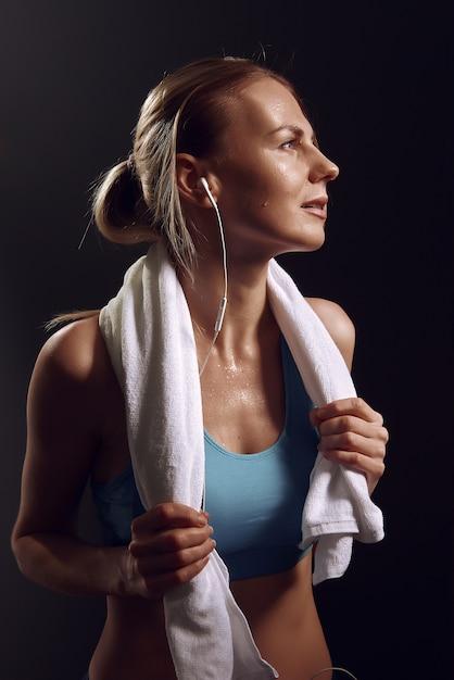 Девушка отдыхает после упражнений в тренажерном зале Premium Фотографии