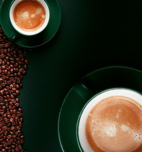 黒いマットの背景にエメラルド色のマグカップで強いブラックコーヒー Premium写真